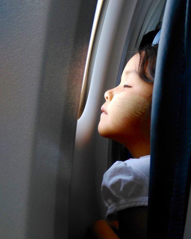 Kind im Flugzeug von Kalay
